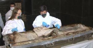 VAldirene Ambiel e Cláudia Witte durante a exumação de D. Amélia